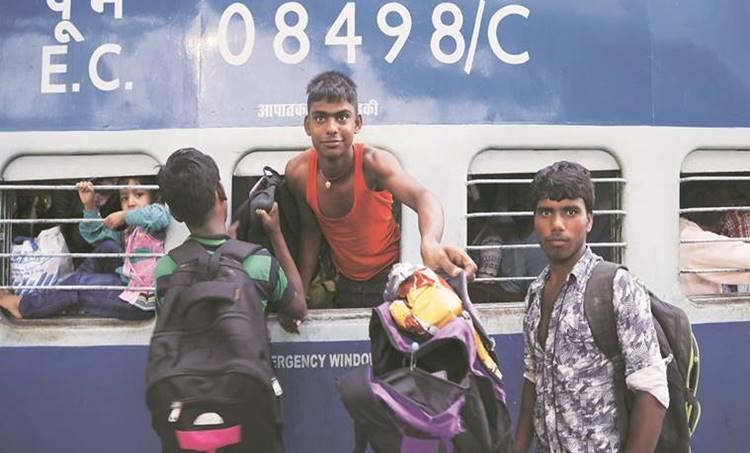 Migrants, Migrant labours, train, labour