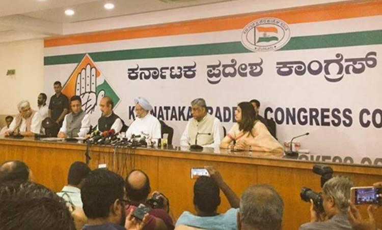 Manmohan Singh addresses the media at Karnataka Congress headquarters in Bengaluru on Monday