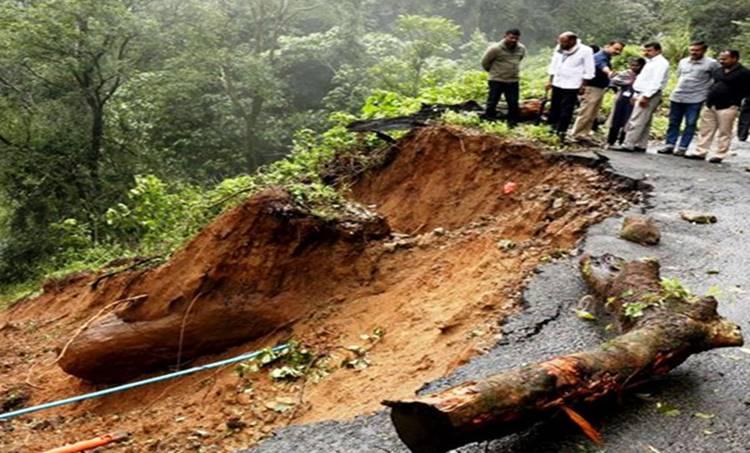 kerala floods : road in kattappana
