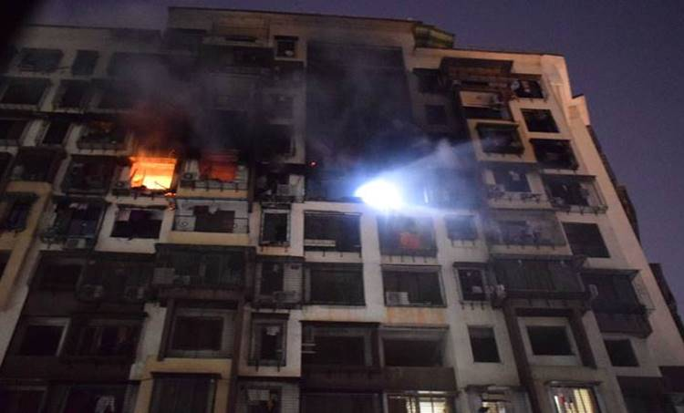 mumbai fire, mumbai residential building fire, fire in mumbai suburbs, mumbai fire three dead, mumbai building fire, mumbai tilak nagar fire, india news, mumbai news, latest news, indian express,മുംബെെ.തീപിടുത്തം.അഗ്നിശമന സേന, ഐഇ മലയാളം