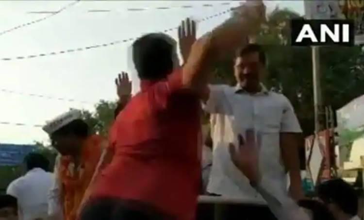 Arvind Kejriwal slap video, arvind kejriwal, അരവിന്ദ് കെജരിവാള്. arvind kejriwal assaulted,അരവിന്ദ് കെജരിവാള് മർദ്ദിക്കപ്പെട്ടു, arvind kejriwal slap,അരവിന്ദ് കെജരിവാളിനെ മുഖത്തടിച്ചു, arvind kejriwal beaten, arvind kejriwal slapped, arvind kejriwal news