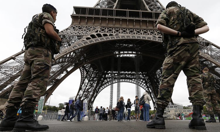 Eiffel Tower evacuated ഈഫല് ഗോപുരം ഒഴിപ്പിച്ചു, Man climbing യുവാവ് ഈഫല് ഗോപുരത്തില്, tourists evacuated സന്ദര്ശകരെ ഒഴിപ്പിച്ചു, breaking ബ്രേക്കിങ് ന്യൂസ്, ie malayalam ഐഇ മലയാളം