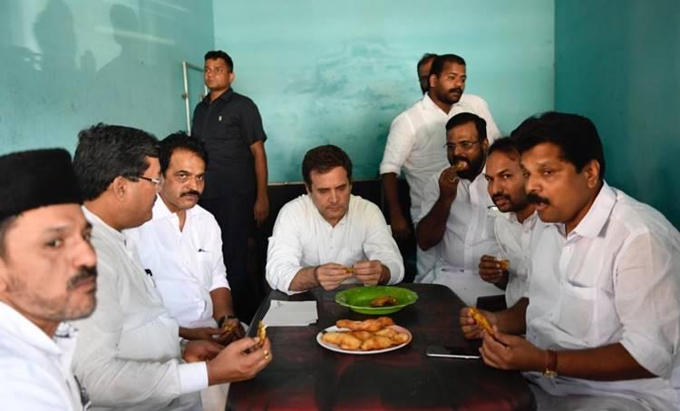 Rahul Gandhi,രാഹുൽ ഗാന്ധി, tea shop, ചായക്കട, Congress, കോൺഗ്രസ്, Rahul at Kerala, രാഹുൽ കേരളത്തിൽ, Wayanadu Rahul Visit, രാഹുൽ വയനാട്ടിൽ, IE Malayalam, ഐഇ മലയാളം