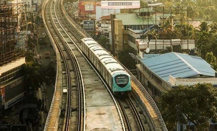 Kochi Metro, കൊച്ചി മെട്രോ, trail run, പരീക്ഷണ ഓട്ടം, maharajas college, മഹാരാജാസ് കോളേജ്, kadavanthra കടവന്ത്ര
