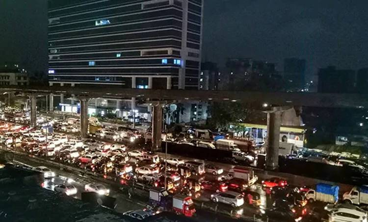 Mumbai, മുംബൈ, Rain, മഴ, traffic jam, ട്രാഫിക് ജാം, roads റോഡുകള്, flights, വിമാനം