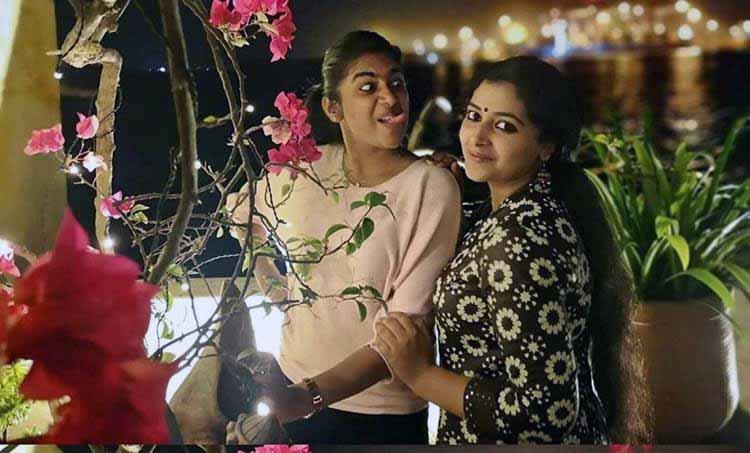 Friendship Day 2019, Anu Sithara, അനു സിതാര, Nimisha Sajayan, നിമിഷ സജയൻ, സൗഹൃദ ദിനം, Anu sithara photos, Nimisha Sajayan photos, friendship day cards, friendship day wishes, friendship day whatsapp status