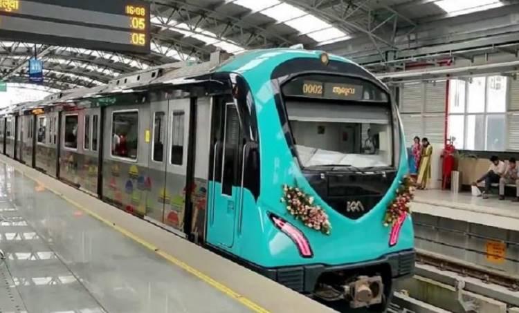 Kochi Metro, കൊച്ചി മെട്രോ, inauguration, ഉദ്ഘാടനം, trail run, പരീക്ഷണ ഓട്ടം, maharajas college, മഹാരാജാസ് കോളേജ്, kadavanthra കടവന്ത്ര