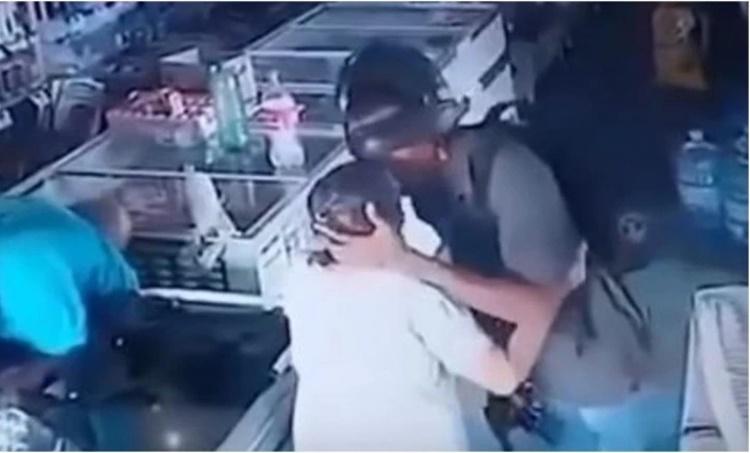 robbery, മോഷണം,thief kisser elder lady,വൃദ്ധയെ ചുംബിച്ച് മോഷ്ടാവ്, thief kisser lady, brazil, ie malayalam,