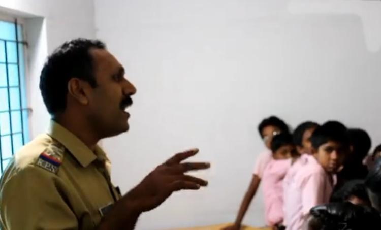 Police officer singing, പൊലീസ് ഉദ്യോഗസ്ഥന്റെ പാട്ട്, rajakkadu circle inspector, രാജാക്കാട് സർക്കിൾ ഇൻസ്പെക്ടർ, sreeragamo, ശ്രീരാഗമോ, viral video, വൈറൽ വീഡിയോ, iemalayalam, ഐഇ മലയാളം