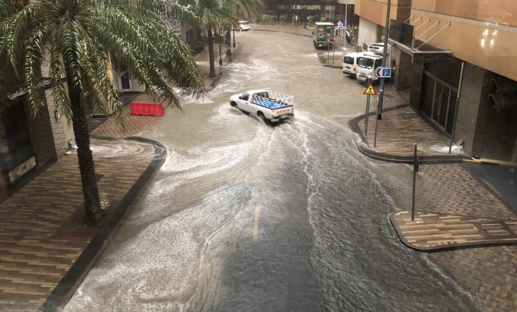 Heavy rain in UAE,യുഎഇയില് കനത്ത മഴ,UAE weather warning,യുഎഇകാലാവസ്ഥാ മുന്നറിയിപ്പ്,UAE rain, Dubai rain,ദുബായിൽ മഴ,Flooding on the Dubai roads,ദുബായ് റോഡുകളിൽ വെള്ളക്കെട്ട്, Waterlogging in Dubai airport,ദുബായ് വിമാനത്താവളത്തിൽ വെള്ളം കയറി,Dubai airport operations, ദുബായ് വിമാനത്താവള സര്വിസ്, Dubai airport,ദുബായ് വിമാനത്താവളം, Gulf news, ഗൾഫ് വാർത്തകൾ,IE Malayalam, ഐഇ മലയാളം