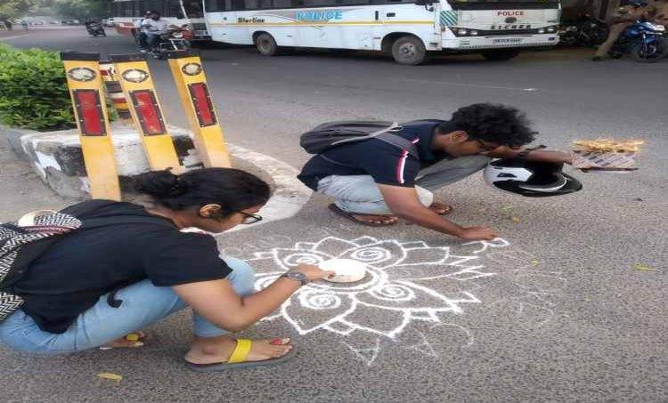 CAA protest,പൗരത്വ ഭേദഗതി നിയമ പ്രതിഷേധം, NRC protest, എൻആർസി പ്രതിഷേധം, Tamil Nadu CAA protest, തമിഴ് നാട്ടിലെ പ്രതിഷേധം, Chennai CAA Protest, Chennai kolam protest, chenai police arrest, Chennai police, Kolam protest, Besant Nagar protest, Besant Nagar, Tamil Nadu, Indian Express News, Chennai News