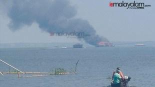 fire house boat, ഹൗസ് ബോട്ടിൽ തീപിടുത്തം, Alappuzha house boat, ആലപ്പുഴ ഹൗസ് ബോട്ട്, fire brokeout, തീപിടുത്തം, ie malayalam, ഐഇ മലയാളം