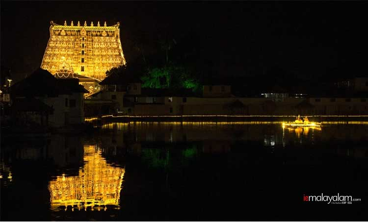 Sree Padmanabhaswamy Temple, Sree Padmanabhaswamy Temple photos, Sree Padmanabhaswamy Temple images, Sree Padmanabhaswamy Temple lakshadeepam, Lakshadeepam photos, Lakshadeepam images, Murajapam, ശ്രീപദ്മനാഭസ്വാമി ക്ഷേത്രം, ലക്ഷദീപം