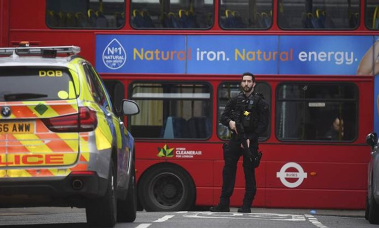 london stabbing accused shot dead, അക്രമിയെ ലണ്ടന് പൊലീസ് വെടിവച്ചുകൊന്നു, london stabbing, london police, ലണ്ടന് പൊലീസ്, london metropolitan Police, ലണ്ടന് മെട്രോപൊളിറ്റന് പൊലീസ്, Streathamn london stabbing, ie malayalam, ഐഇ മലയാളം