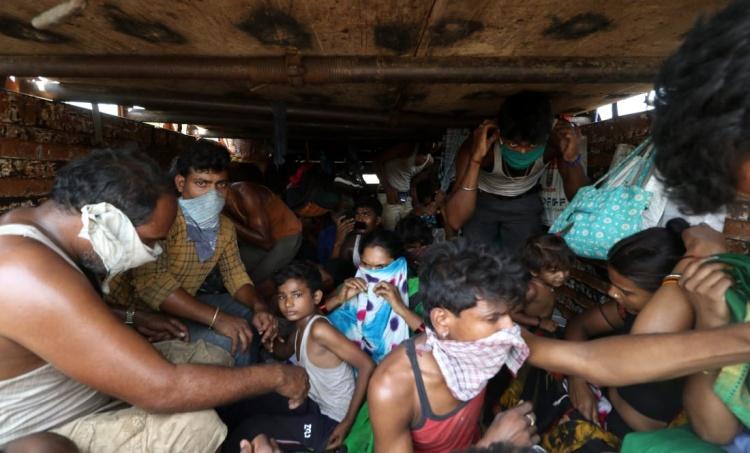 migrant workers, അതിഥി തൊഴിലാളികൾ, madras high court, മദ്രാസ് ഹൈക്കോടതി, central government, കേന്ദ്രസർക്കാർ, migrant workers long walk home, migrants walk home, migrants problem, അതിഥി തൊഴിലാളികളുടെ പ്രശ്നങ്ങൾ, lockdown, ലോക്ക്ഡൗൺ, coronavirus, കൊറോണ വൈറസ്, covid-19, കോവിഡ്-19, supreme court, സുപ്രീം കോടതി, IE Malayalam, ഐഇ മലയാളം