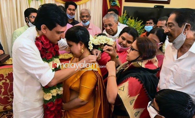 Muhammed Riyaz, മുഹമ്മദ് റിയാസ്, daughter of Pinarayi Vijayan, പിണറായി വിജയൻ, Veena Pinarayi Vijayan, വീണ പിണറായി വിജയൻ, dyfi leader Mohammed Riyas, veena vijayan, pinarayi vijayan daughter, pinarayi vijayan daughter veena to wed Mohammed Riyas,വീണ വിജയന്, മുഹമ്മദ് റിയാസ്, പിണറായി വിജയന്റെ മകൾ വീണ വിവാഹിതയാകുന്നു, മുഖ്യമന്ത്രി പിണറായി വിജയന്റെ മകൾ വീണ വിവാഹിതയാകുന്നു; വരൻ മുഹമ്മദ് റിയാസ്, pinarai vijayan, vina vijayan, kamala vijayan, pinarayi vijayan daughter to marry dyfi leader, IE Malayalam, ഐഇ മലയാളം