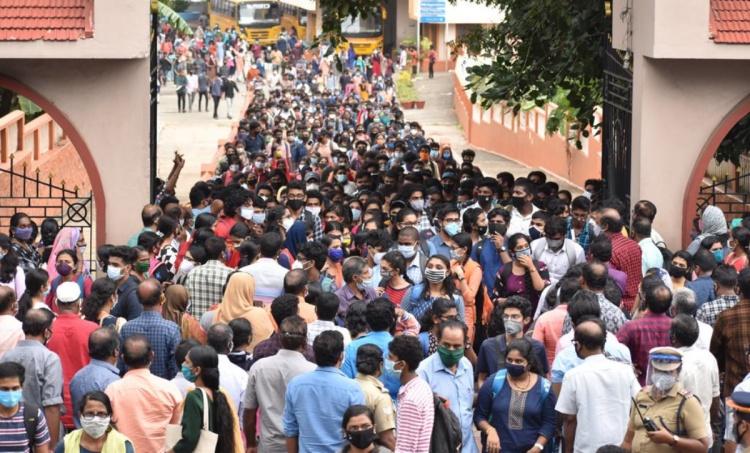 covid 19, കോവിഡ് 19, kerala covid 19 news cases, കേരളത്തിലെ പുതിയ കോവിഡ് രോഗികൾ, Covid death toll in kerala,കേരളത്തിലെ കോവിഡ് മരണങ്ങൾ, Thiruvananthapuram covid 19 cases, തിരുവനന്തപുരത്തെ കോവിഡ് രോഗികളുടെ എണ്ണം, community spread, സാമൂഹ്യ വ്യാപനം, social disatancing, സാമൂഹ്യ അകലം പാലിക്കൽ, covid 19 precautions, കോവിഡ് 19 മുൻകരുതൽ, covid preventive measures, കോവിഡ് 19 പ്രതിരോധ നടപടികൾ, CM, Pinarayi Vijayan, പിണറായി വിജയൻ, kk shailaja, കെകെ ശൈലജ, health minister,ആരോഗ്യമന്ത്രി, vaccine, വാക്സിന്, keam entrance exam, കീം എൻട്രസ് പരീക്ഷ, IE malayalam, ഐഇ മലയാളം
