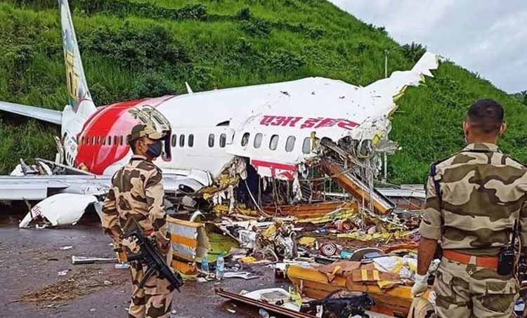 kerala plane crash, kerala air india plane crash, kerala crash, kozhikode plane crash, kozhikode air crash, air india plane crash, kerala plane last minutes, kerala plane black box