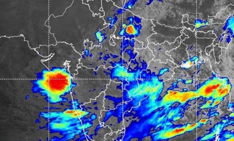 Kerala Weather News, കേരള വെതർ, കാലാവസ്ഥ, Heavy Rain in Kerala, കേരളത്തിൽ കനത്ത മഴ, Orange Alert in Kerala, കേരളത്തിൽ ഓറഞ്ച് അലർട്ട്, Cyclone Alert, ന്യൂനമർദ സാധ്യത, Orange Yellow Alert, കേരളത്തിലെ ഓറഞ്ച് യെല്ലോ അലർട്ട്, Kerala Rain News, കേരളത്തിൽ അതിശക്തമായ മഴ, Cyclone Alert, മഴ, ന്യൂനമർദം,Weather News August 4, ഓഗസ്റ്റ് നാല് കാലാവസ്ഥ വാർത്തകൾ, IE Malayalam, ഐഇ മലയാളം
