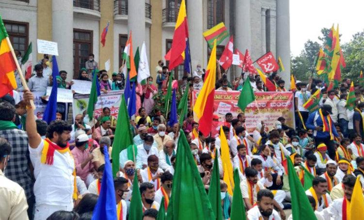 Delhi,Farm Bills,Farmers' protest,India Gate,കര്ഷക പ്രതിഷേധം,ട്രാക്റ്റര് അഗ്നിക്കിരയാക്കി കര്ഷകര്,ദില്ലി,ഇന്ത്യാഗേറ്റ്