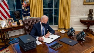 Joe Biden, ജോ ബൈഡൻ, Joe biden signs 17 executive orders, 17 ഉത്തരവുകൾ, Biden first day, Donald trump policies, US news, US president, world news, iemalayalam, ഐഇ മലയാളം