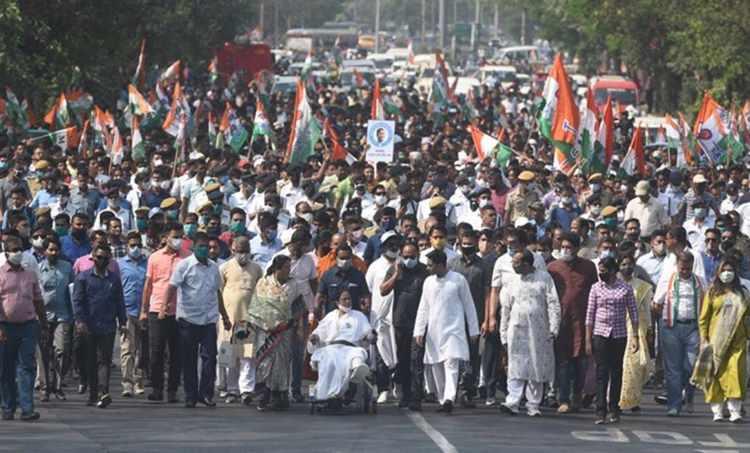 Mamata Banerjee, Mamata Banerjee back on wheelchair, Mamata Banerjee campaigns on wheelchair, Bengal elections, Bengal news, മമത ബാനർജി, പശ്ചിമ ബംഗാൾ, തിരഞ്ഞെടുപ്പ്, ie malayalam