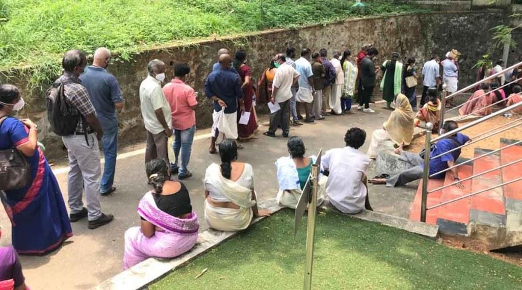 covid 19,jimmy George stadium,covid 19 Kerala,കൊവിഡ് 19,കൊവിഡ് വ്യാപനം,കൊവിഡ് കേരളം,covid kerala,covid vaccination,vaccination rush,rush in jimmy george stadium,system collapse