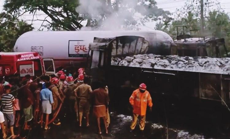Gas tanker,Mannarkkad,accident at,and goods lorry,kills one,കൂട്ടിയിടിച്ച് ഒരാൾ മരിച്ചു,ഗ്യാസ് ടാങ്കറും,ചരക്ക് ലോറിയും,മണ്ണാർക്കാട്,ലോറി കത്തിനശിച്ചു