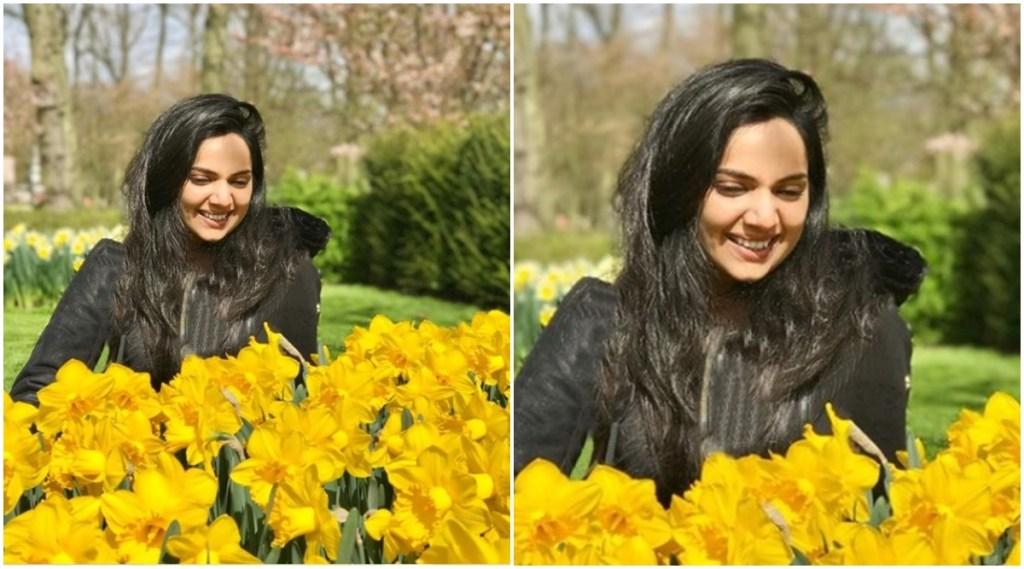 Samvritha Sunil, സംവൃത സുനിൽ, Samvritha and Family, സംവൃതയും കുടുംബവും, daffodil yellow flowers, Samvritha Family Photo, Samvritha sunil films, IE Malayalam, ഐഇ മലയാളം