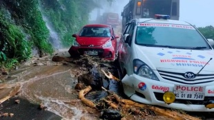 Kerala Rain, kerala rain updates, idukki, idukki rain, idukki rain updates, idukki heavy rain, kottayam rain updates, കാലാവസ്ഥ മുന്നറിയിപ്പ്, Heavy Rain, ശക്തമായ മഴയ്ക്ക് സാധ്യത, red alert, Yellow Alert, യെല്ലോ അലര്ട്ട്, Yellow Alert in two districts, Pathanamthitta, Idukki, Latest Malayalam News, indian express malayalam, IE Malayalam, ഐഇ മലയാളം